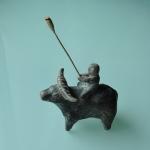 橋本緑さんの作品「牛に乗る子供」