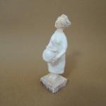 鶴谷ひろみさんの壷を持つ女性