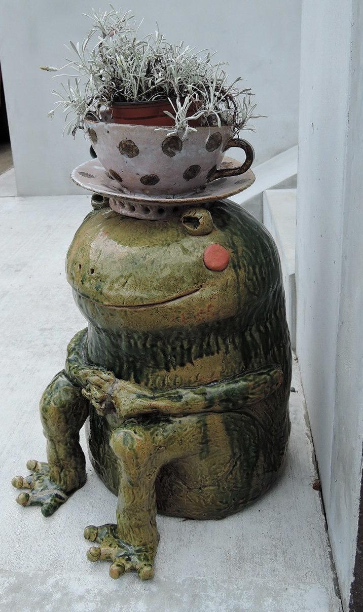 美幸ひなたさんの工房前のカエルさん