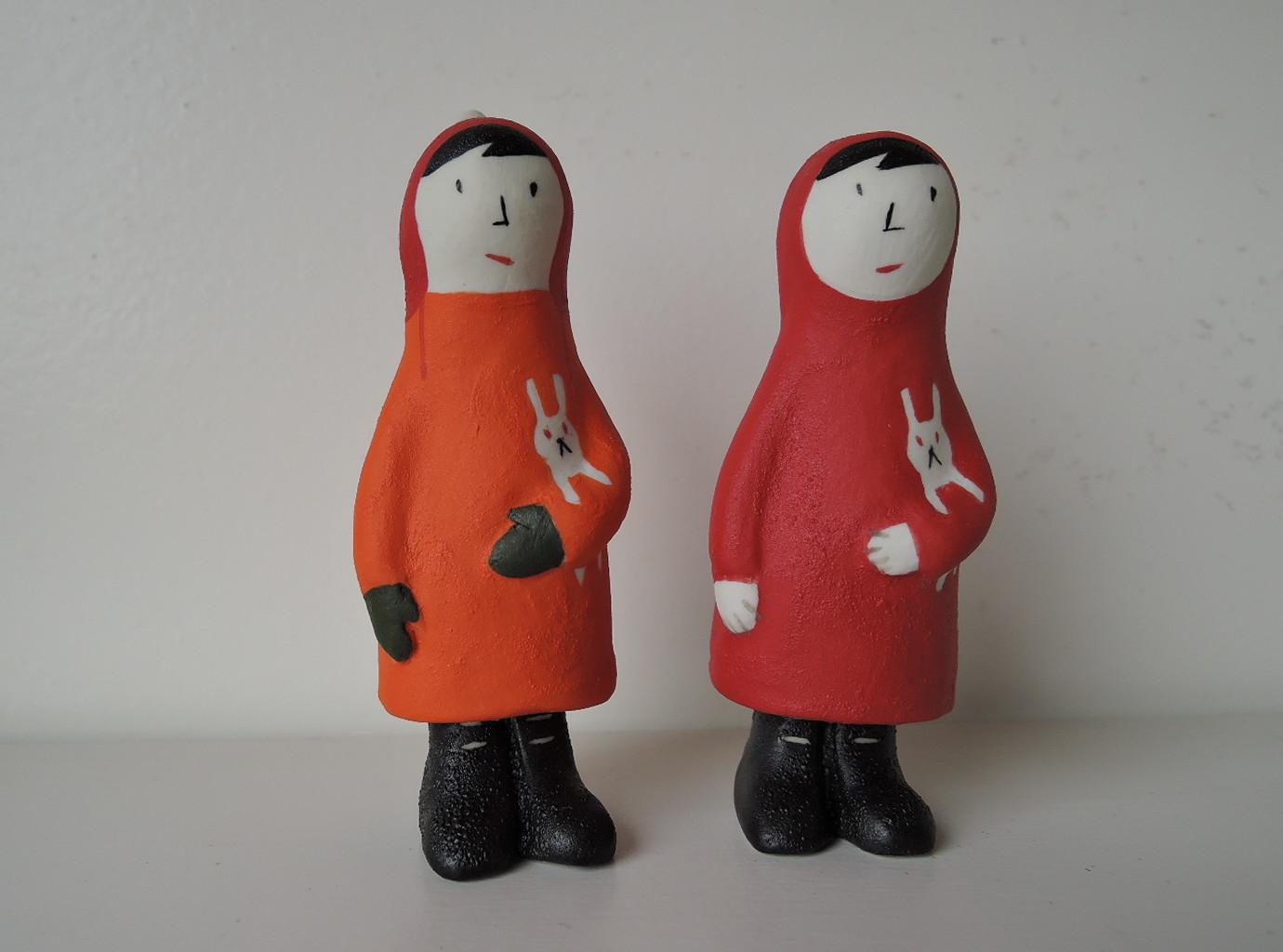 小堤晶子さんの陶器人形 オレンジ色のコートの少女と赤いコートの少女