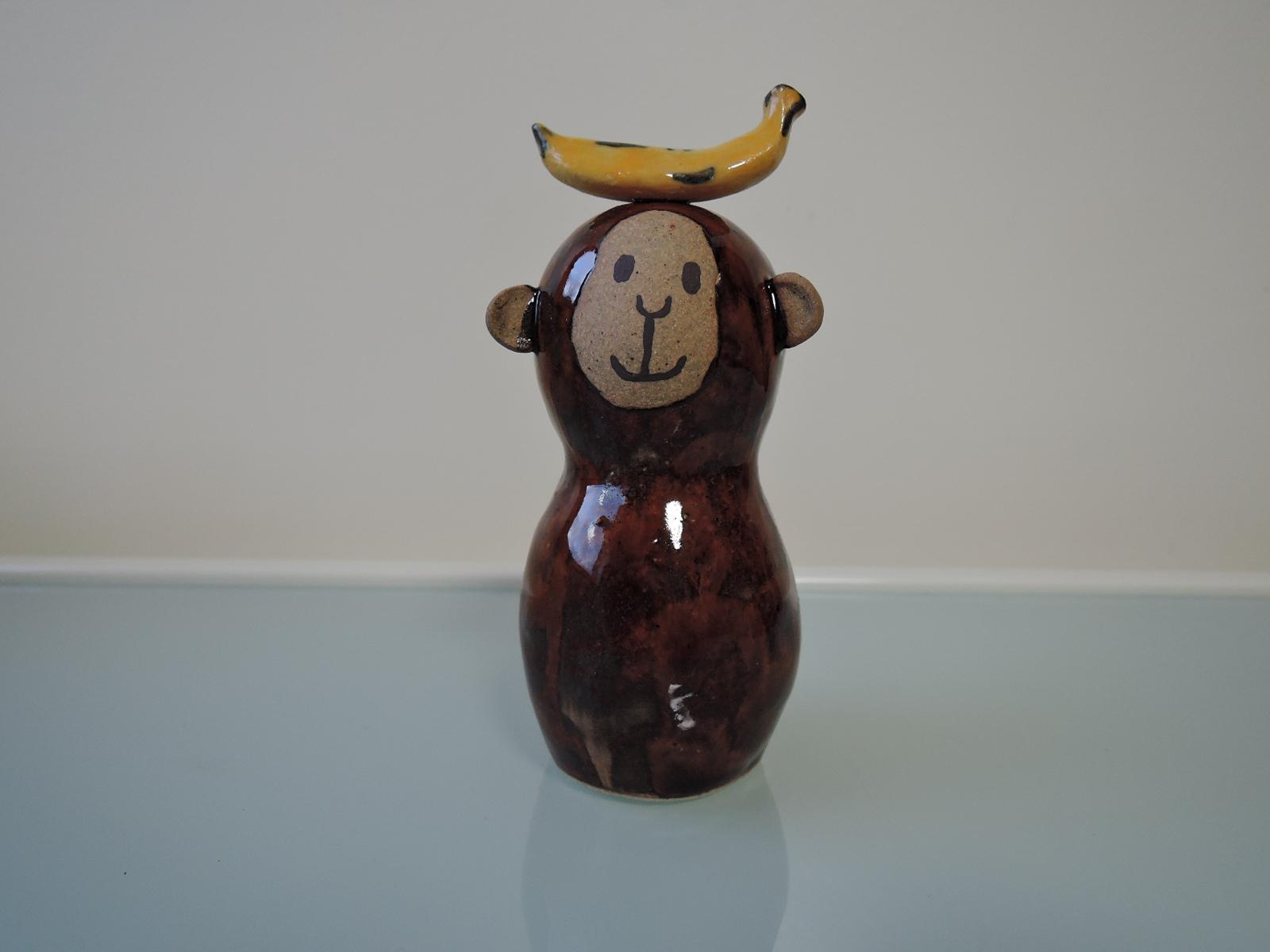安藤早恵子さんの陶人形 バナナをのせたサル