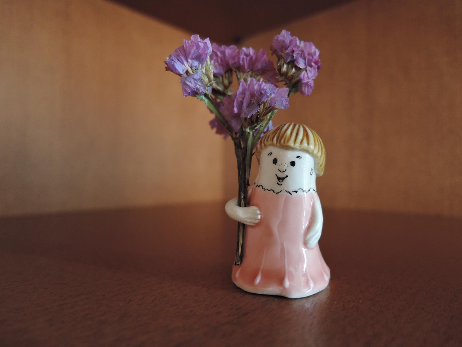 うえのえみさん陶人形 花を持つちび人形