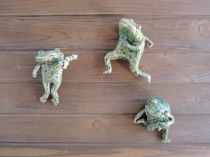 美幸ひなたさんのカエルの壁飾り
