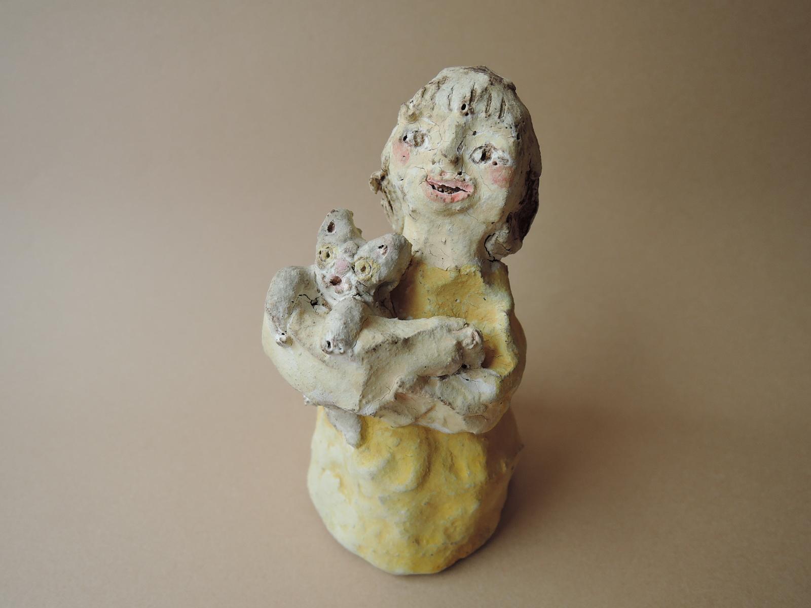 青木美佐緒さんの陶器人形 猫を抱く黄色の服の少女