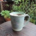 52週のマグ 梅雨の真っ只中 緑が元気!ウッドデッキでアイスコーヒー