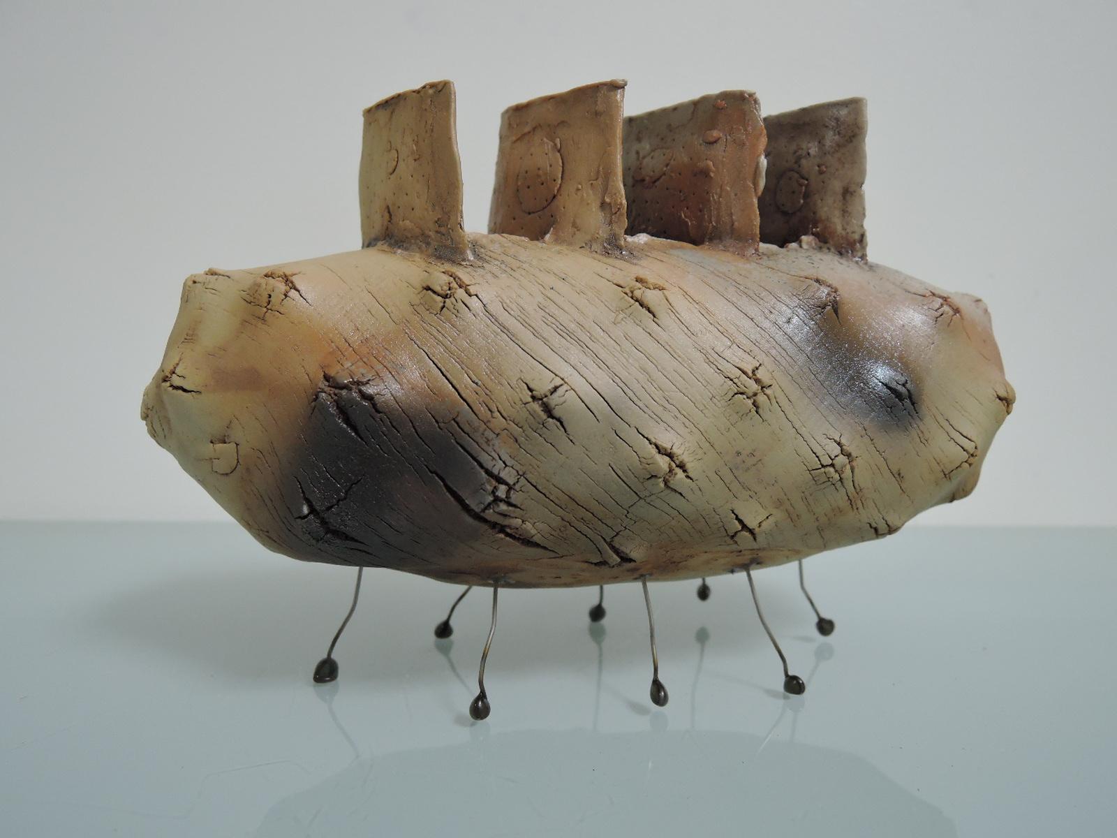 武藤公夫さんの陶器のオブジェ 宇宙船とも生き物とも見える花器
