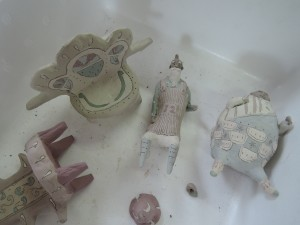 門脇美香江さんの陶房で。出展前の作品