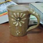 工房がわん ひまわり?コスモス?紋様の小ぶりなマグカップ