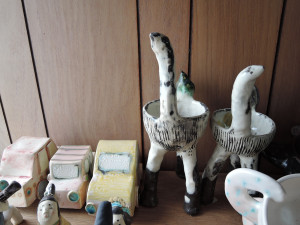 かわいい車の作品と苔玉を飾る動物のオブジェ
