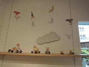 飛び舞う作品と下にはパン爺も ソラノハコさん
