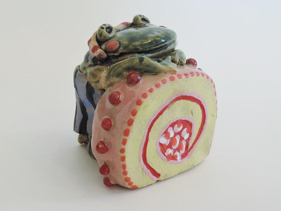 美幸ひなたさんの陶器オブジェ ピンクのロールケーキ