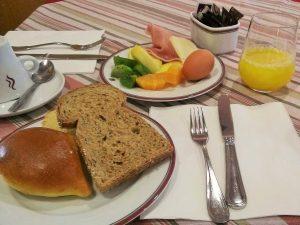 ホテルの朝食風景
