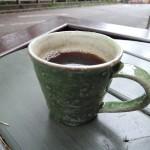 新緑に映える工藤和彦さんの緑のマグカップ