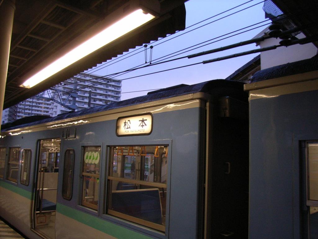 早朝でやっと夜明けの鈍行列車