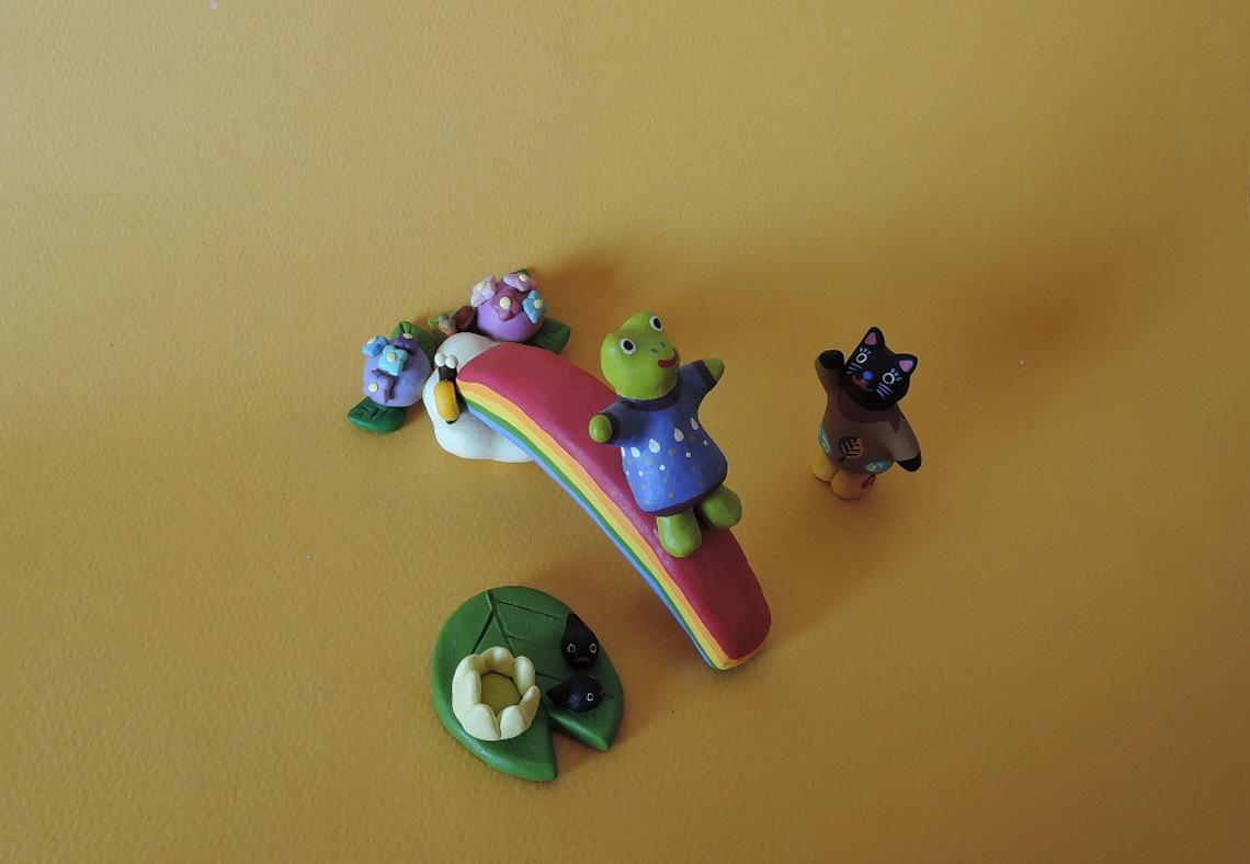 イトトモ屋 かえるとねこ 虹のすべり台