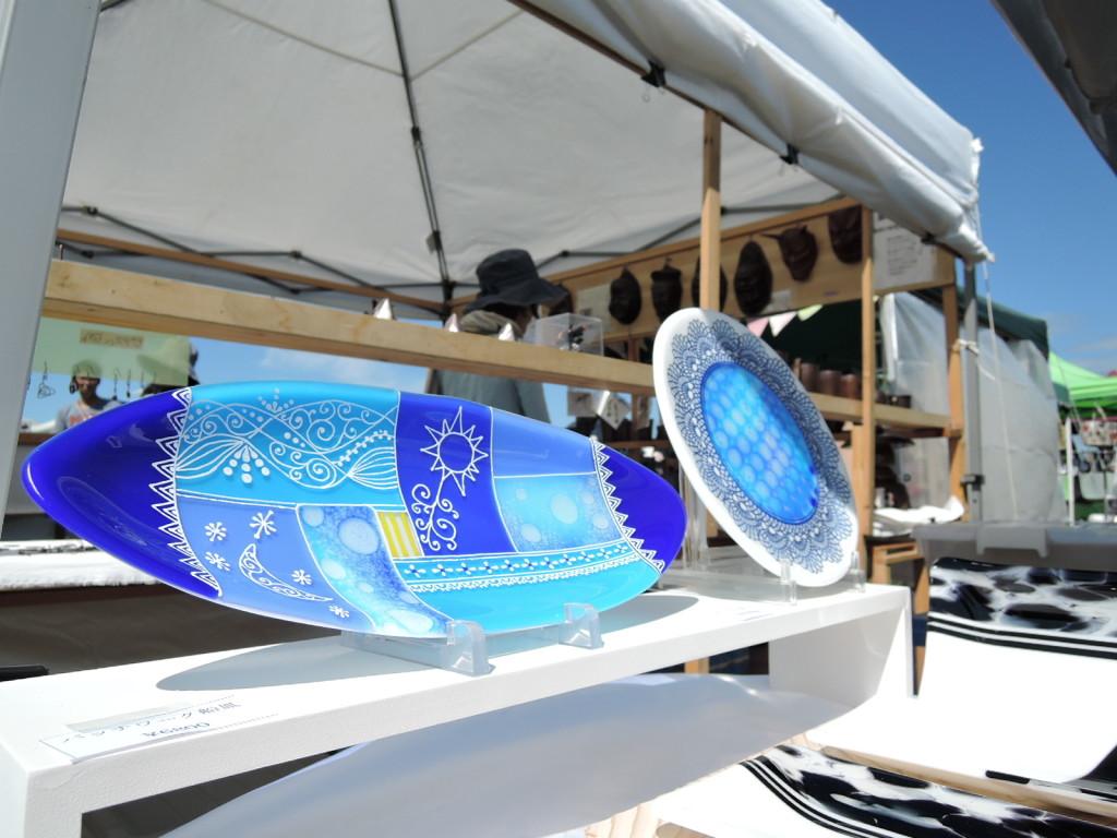 静岡県のガラス作家桜庭裕子さんのブルーのガラス皿