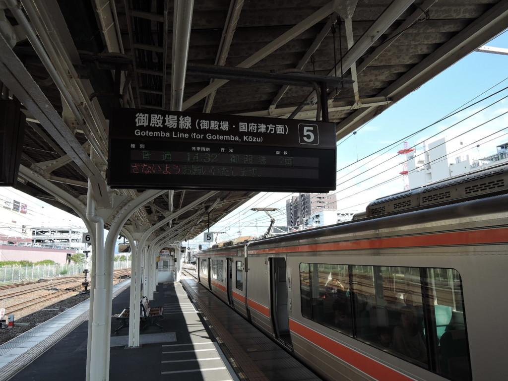 沼津駅の御殿場線プラットホームの御殿場行き電車