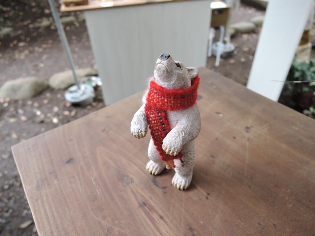 大住潤さんの赤いマフラーした熊の木彫