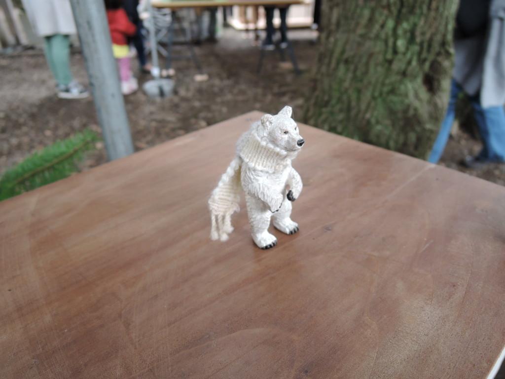 大住潤さんの白いマフラーした熊の木彫