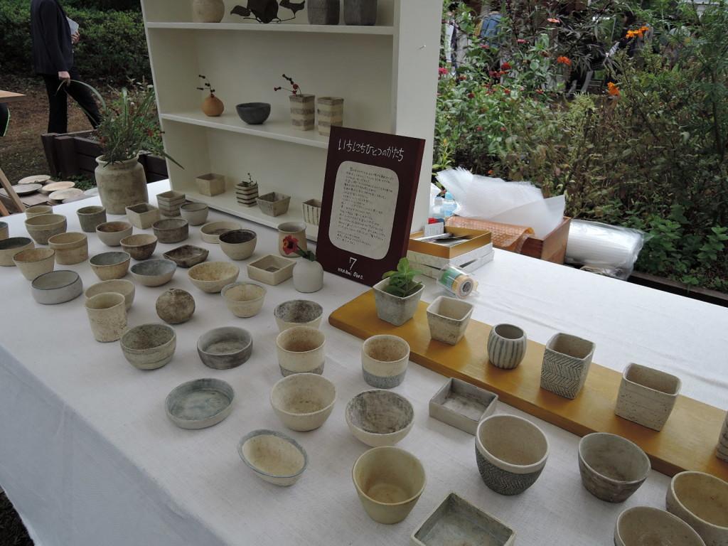 大野七実さんの可愛い陶磁が並ぶブース