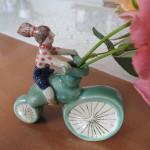 長谷川風子さんの陶人形 自転車に乗る少女