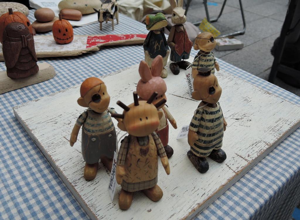 SUNCHAL&PEPACHAL さんのとても可愛く印象的な木彫人形