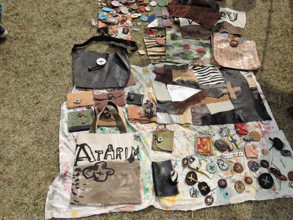 ペケキムラさんの皮革作品の展示風景