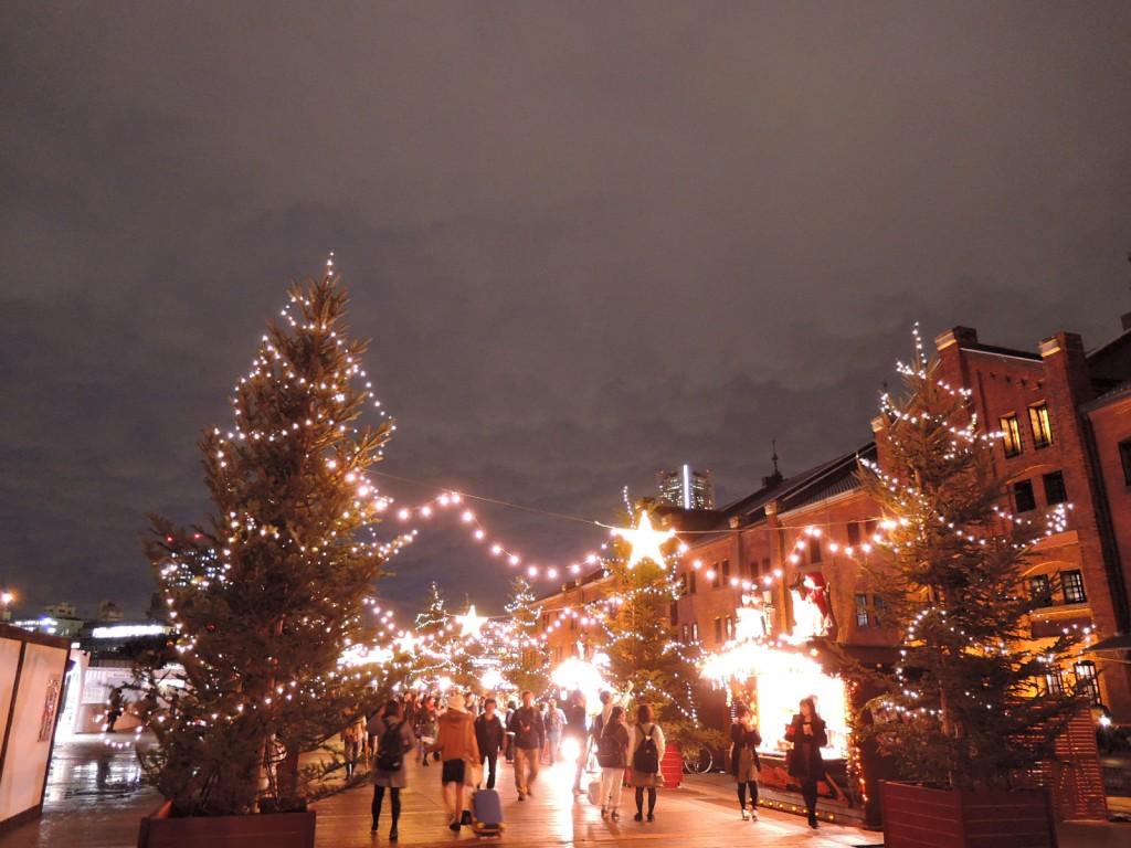 広場で開催されるクリスマス市の賑わい風景