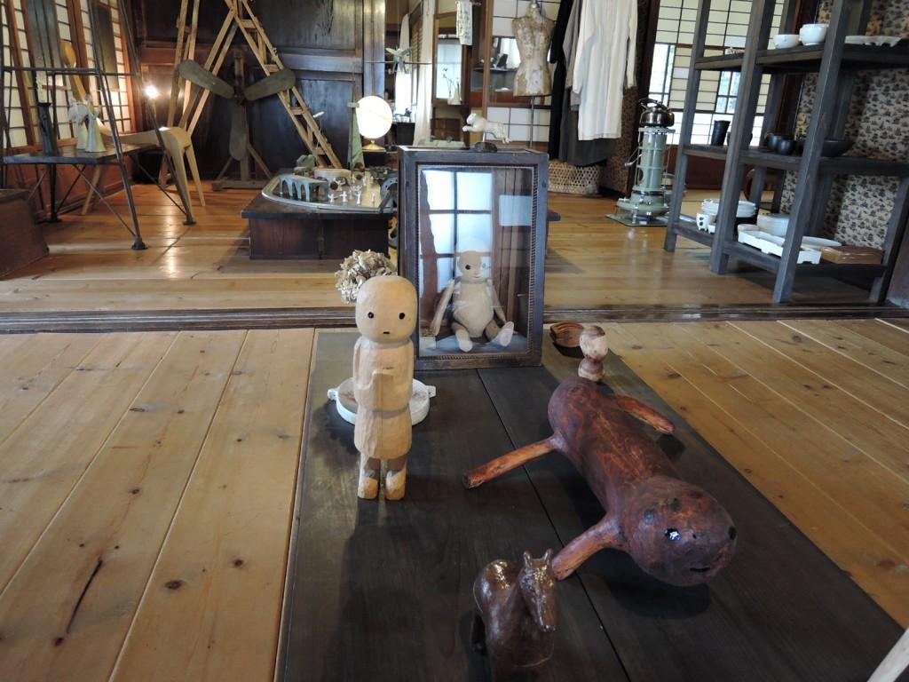 白倉えみさんの工房KURAKURAstorehouseの展示風景