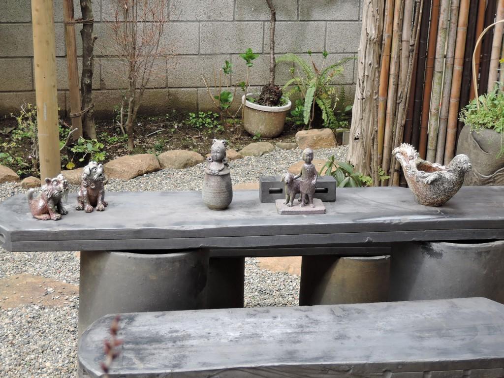 山下正行さんの陶展を開催するギャラリーみづきさんの庭に並ぶ作品達