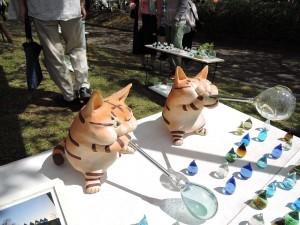 福岡の吹きガラス工房 琥珀さんの店先でガラス吹くネコの人形