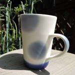 島崎小乙里さんのブルーのマグカップ