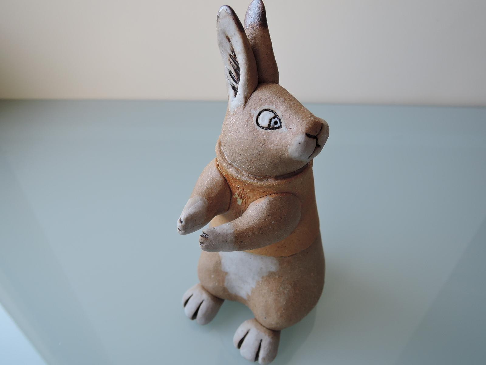 かとうゆみさんの陶器のウサギのカード立て