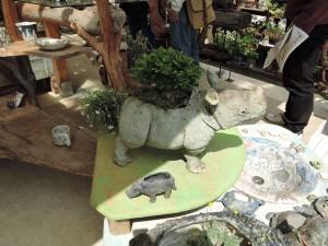 青木美佐緒さんのブース 注目集めるサイの鉢