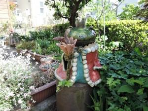 美幸ひなたさん工房横の庭に鎮座するカエルの王様