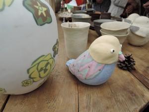 高橋由紀子さんのブースに鎮座 鳥のオブジェ