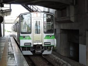 燕三条駅 弥彦線ホーム 東三条行き電車