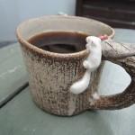 高橋協子さん リスが覗きこむマグカップ
