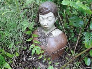 門脇美香江さんの陶房横でたたずむ胸像