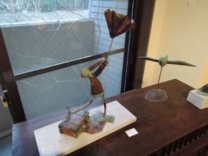 濱比嘉詩子さん陶展 一緒に展示された安東桂さんの金属造形作品