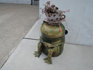 美幸ひなたさん輪窯工房の前で出迎えるカエル君