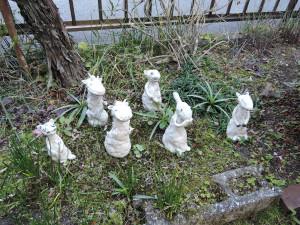アトリエIKU 庭に並べた作品風景