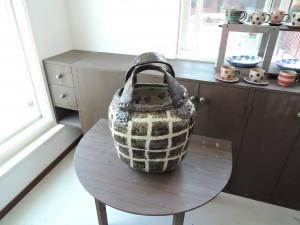 撮影シーン 格子模様の陶バッグ