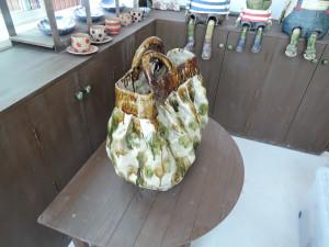 撮影シーン 三彩模様の陶バッグ