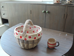 撮影シーン いちご網籠の陶バッグ