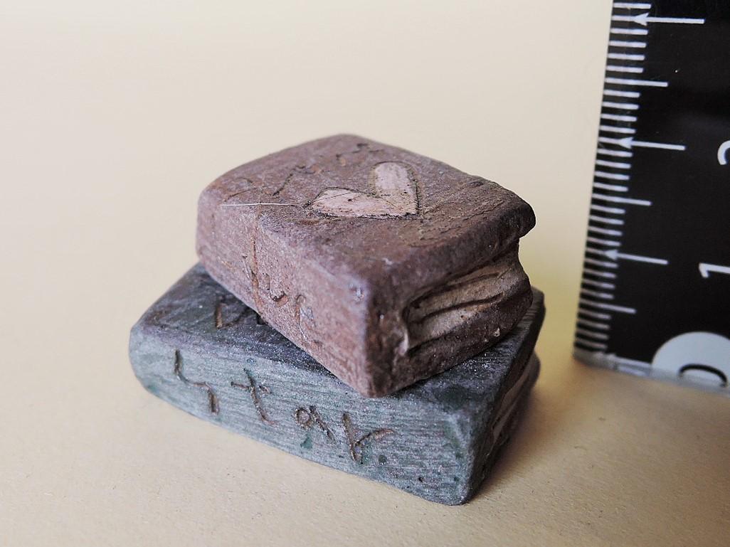 門脇美香江さん陶器の置物 小さい本