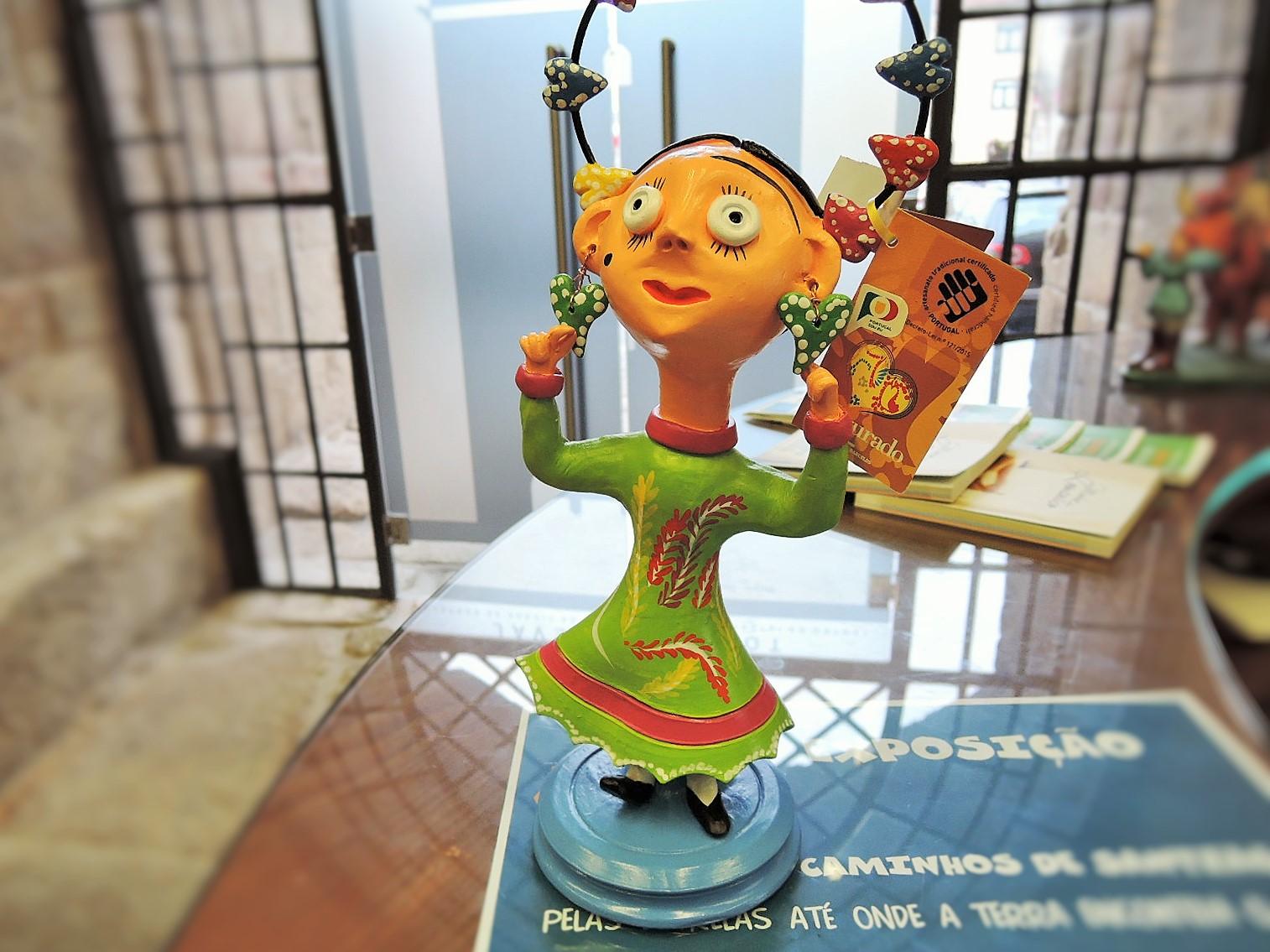 ポルトガル陶器 Irmao Baraca作品 ミーニョの女性陶人形
